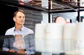 – Vi har i samarbejde med vores kunder skabt løsningen ud fra deres behov for elektroniske meddelelser. Vi har behov for at kunne nå dem på den fleksible måde, som de ønsker, siger Roger Hansson, procesansvarlig hos Ikano Bank.