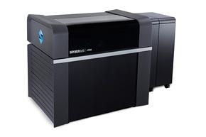 Samarbejdet indledes med, at PostNord Strålfors køber Stratasys' unikke J750 fuldfarve-3D-printer, der kan printe flere materialer på samme tid.